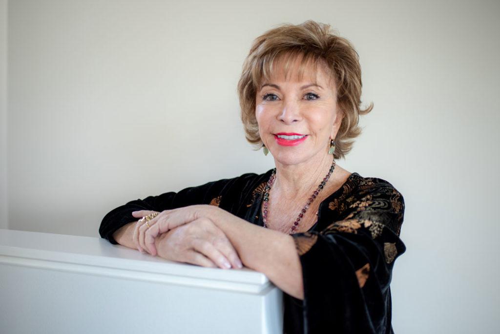 Autores latinos: Isabel Allende y sus libros más populares   Letras y Latte